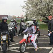 Motorradfahrer*innen bei der Einweisung durch Adolf.